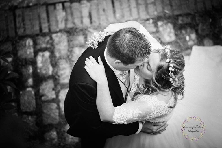 Momento del beso durante la sesión de postboda de estos recién casados.