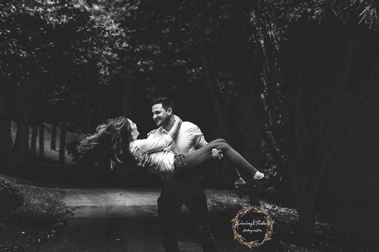 Pareja divirtiéndose durante una de las sesiones de fotos romántica.
