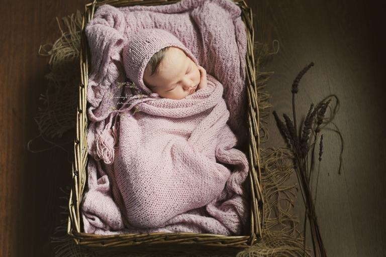 Reportaje de recién nacida en su sexto día de vida en un escenario de color lavanda