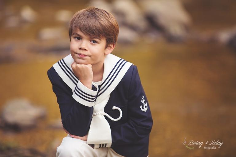 Fotografía de niño con traje marinero de comunión. Comuniones en Bilbao.