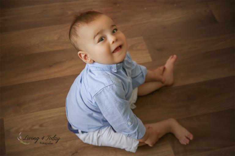 Bebé sonriendo durante su sesión de seguimiento a los 8 meses.