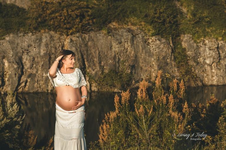 Premamá disfrutando de su sesión de embarazo en exterior.
