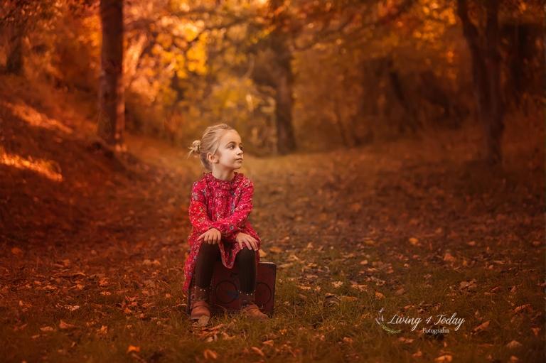 Fotografía infantil. Sesiones infantiles de otoño en exterior con vivos colores rojos.